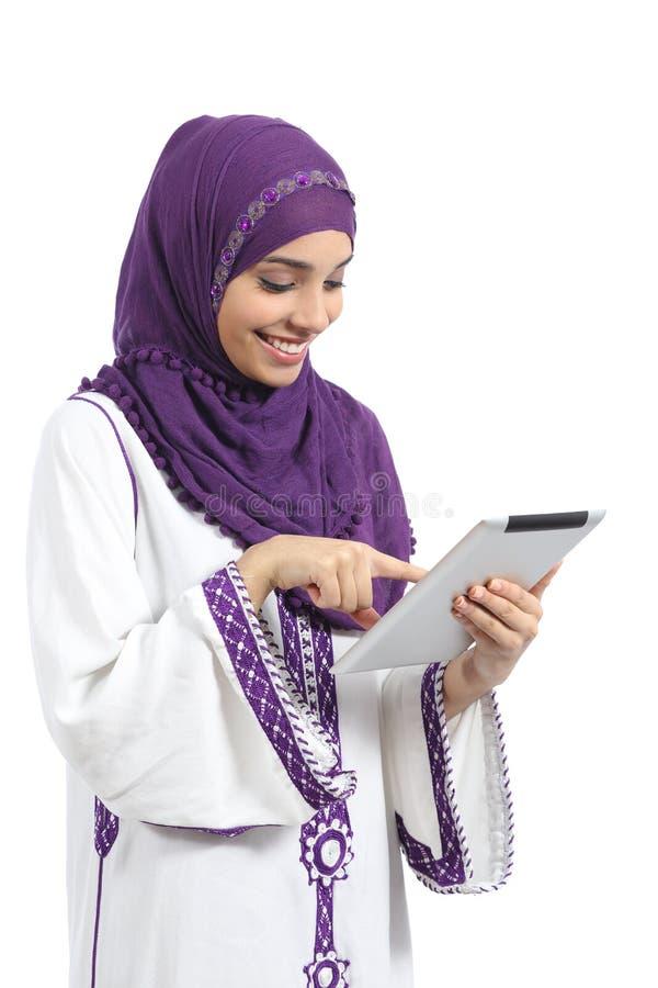 Arabisk kvinnaläsning och trycka på en minnestavlaavläsare fotografering för bildbyråer