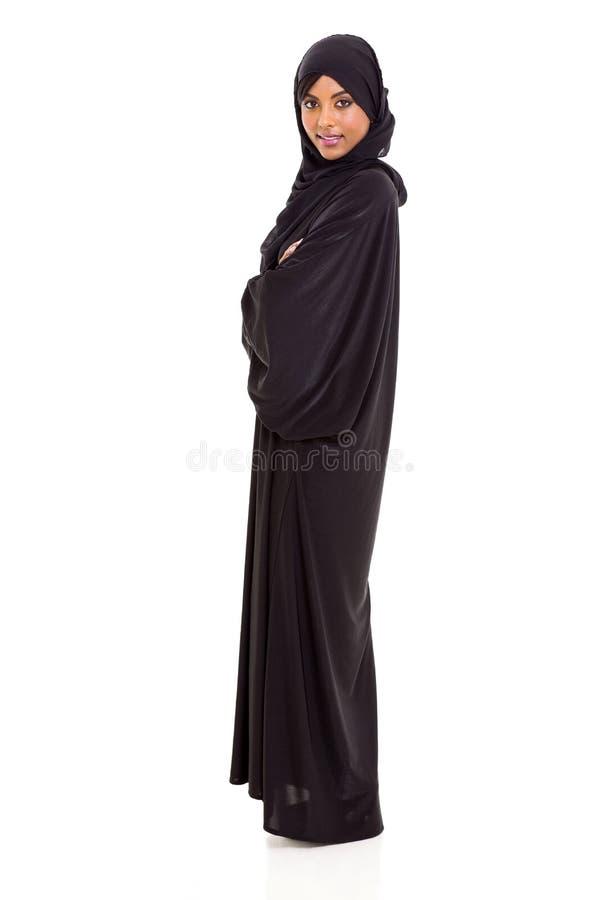 Arabisk kvinnastående arkivfoton