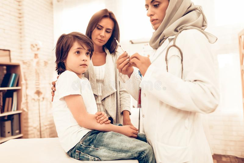 Arabisk kvinnlig doktor Hold Syringe med injektionen arkivfoton