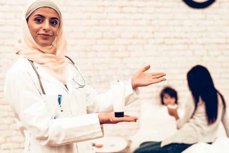 Arabisk kvinnlig doktor Holding Medicament för stående royaltyfri bild