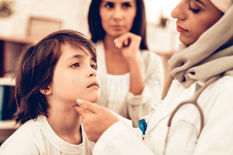Arabisk kvinnlig pojke för doktor Examining lite arkivbilder