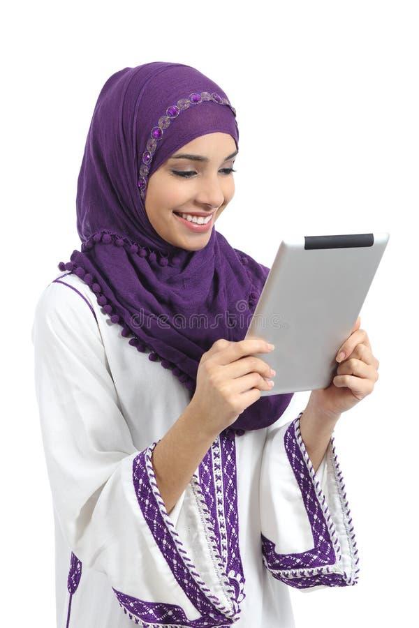 Arabisk lycklig kvinna som läser en minnestavlaavläsare arkivbild