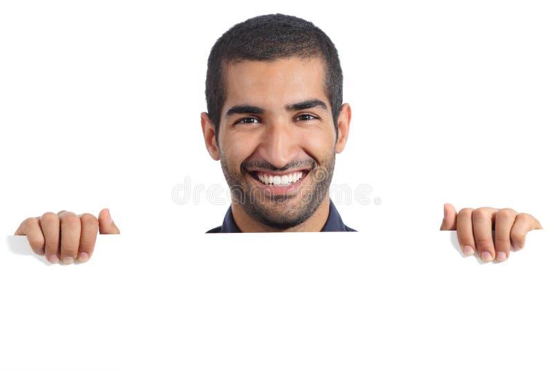Arabisk lycklig man som rymmer ett tomt baner royaltyfri bild