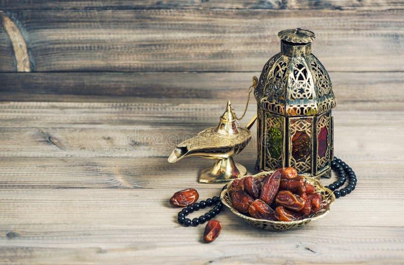 Arabisk lykta, guld- lampfrukter Eid mubarak tappning arkivfoton