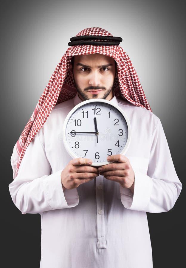 Arabisk man med klockan arkivbilder