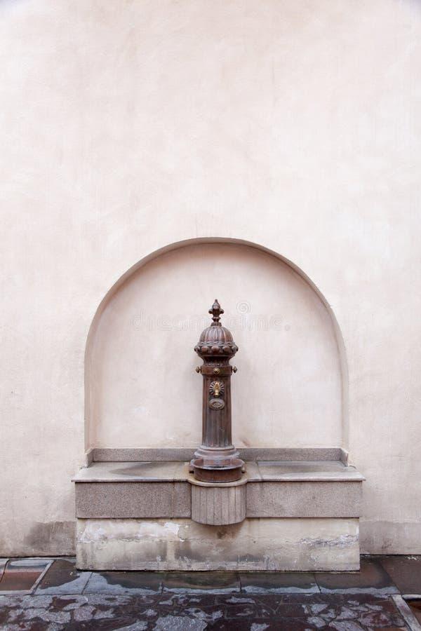 Arabisk metallisk vattenspringbrunn för tappning i Doha, Qatar arkivbild