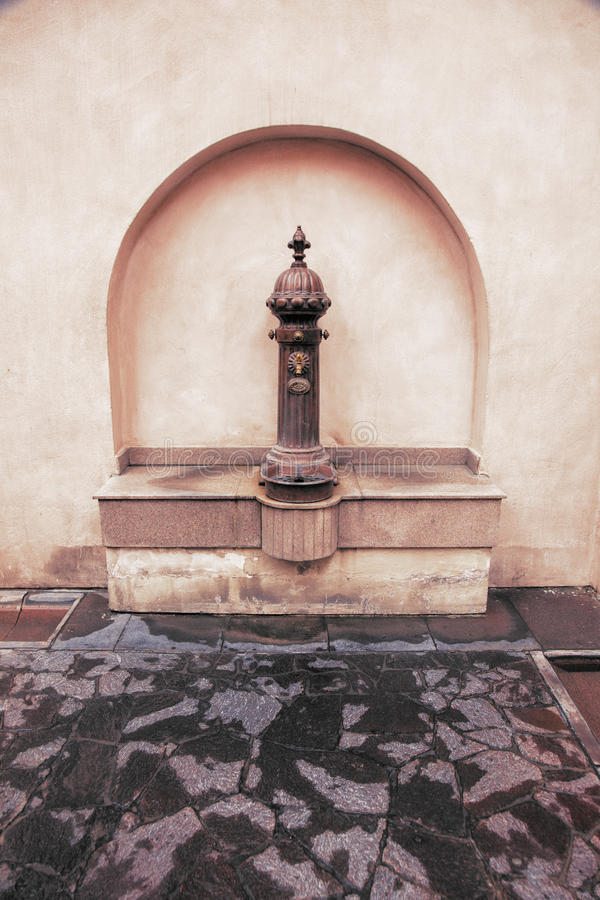 Arabisk metallisk vattenspringbrunn för tappning i Doha, Qatar royaltyfri bild