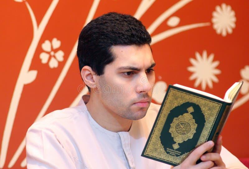 Arabisk muslimman med den heliga boken för Koranen royaltyfria bilder