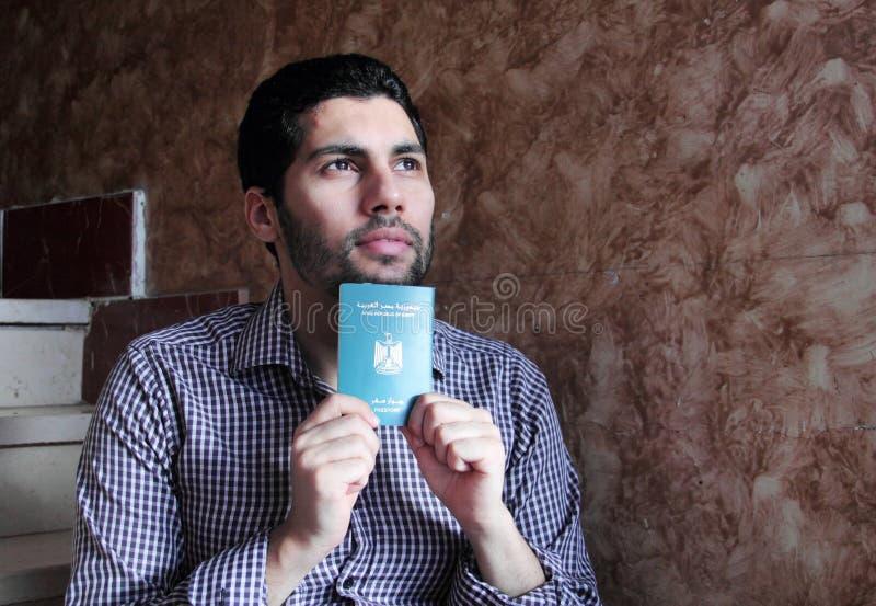 Arabisk muslimman med det Egypten passet royaltyfria bilder