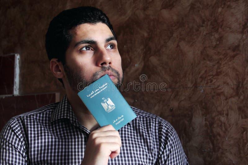 Arabisk muslimman med det Egypten passet fotografering för bildbyråer