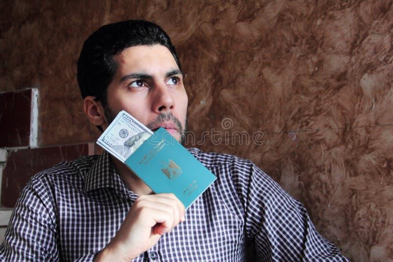 Arabisk muslimman med det Egypten passet med pengar royaltyfri fotografi