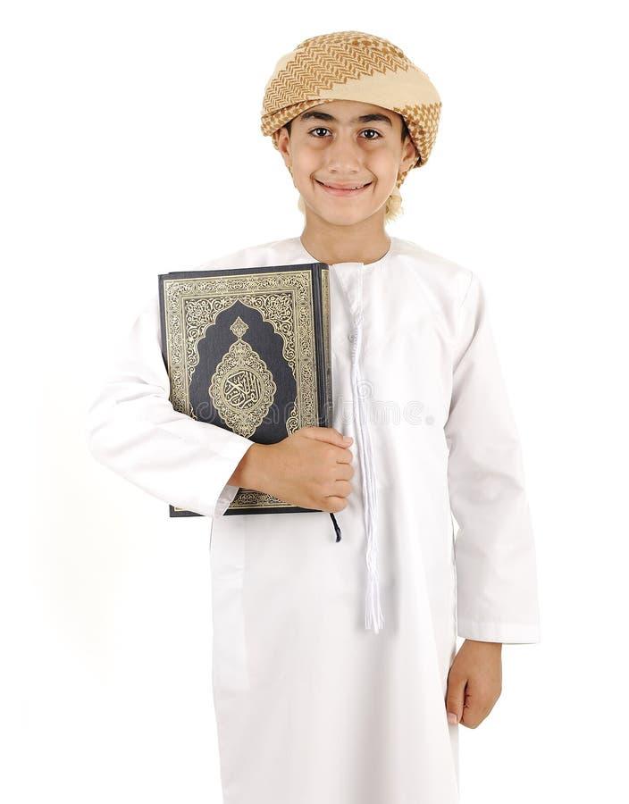 Arabisk pojke med Koranen royaltyfria bilder