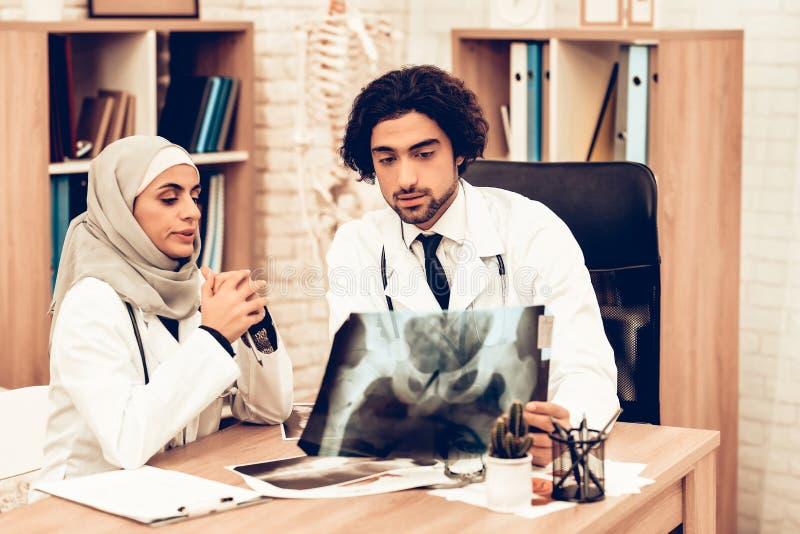 Arabisk röntgenstråle för doktorer innehav, medicinsk konsultation royaltyfria foton
