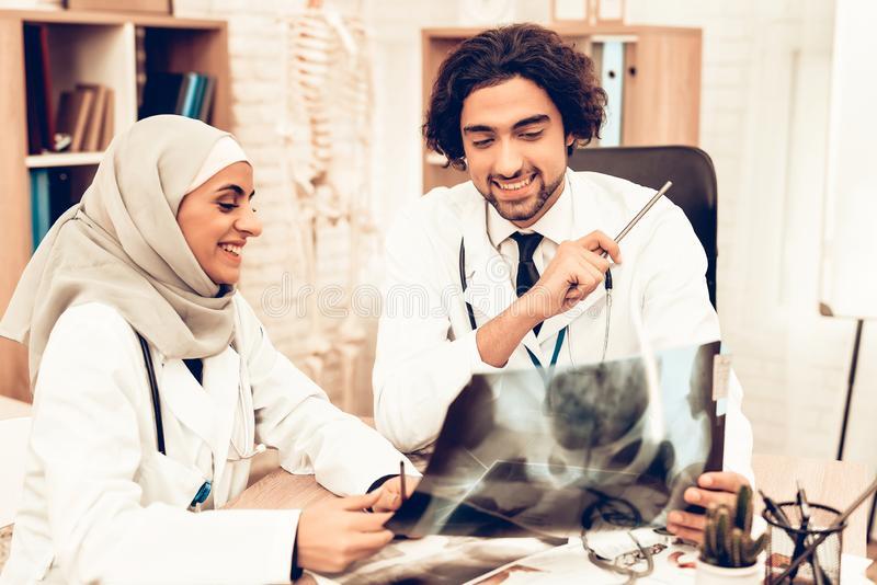 Arabisk röntgenstråle för doktorer innehav, medicinsk konsultation arkivfoto