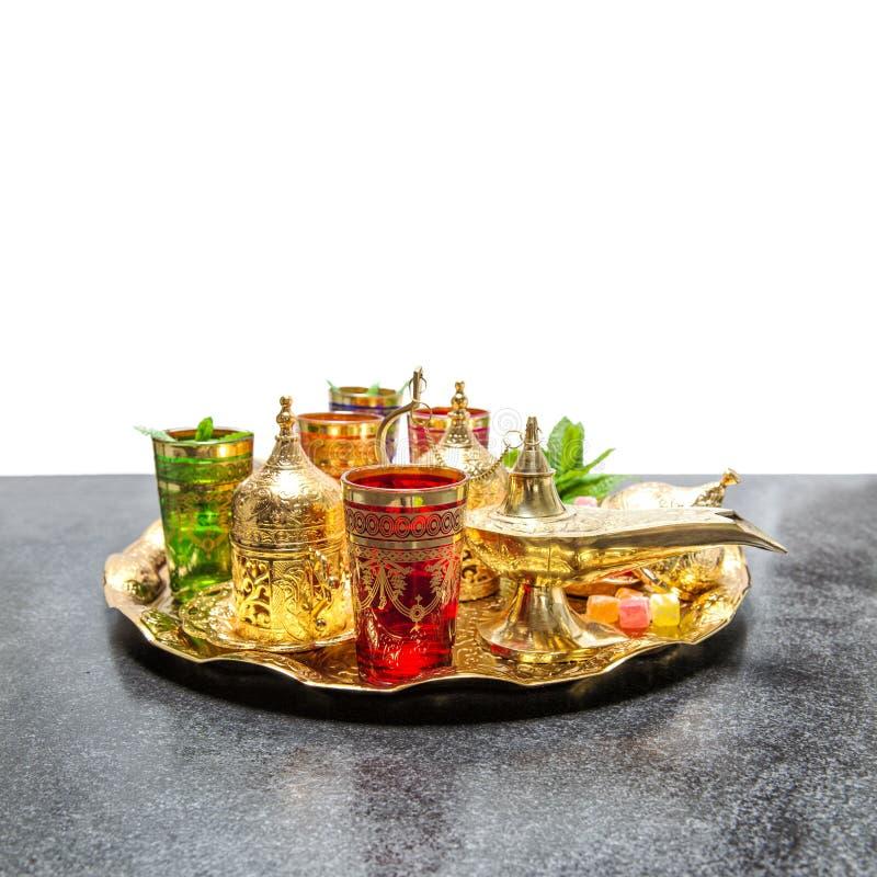 Arabisk Ramadan för gästfrihet för guld- koppar för tekaffeservice orientalisk arkivbilder