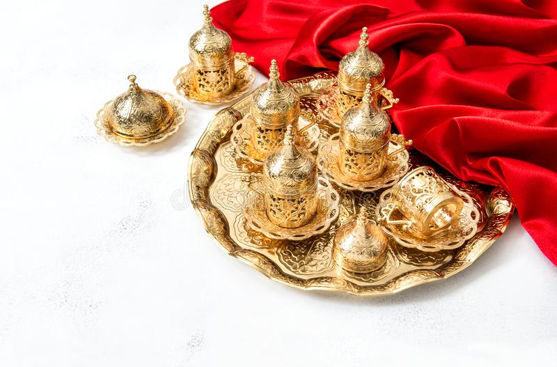 Arabisk Ramadan Holidays för guld- koppar för tekaffeservice garnering fotografering för bildbyråer