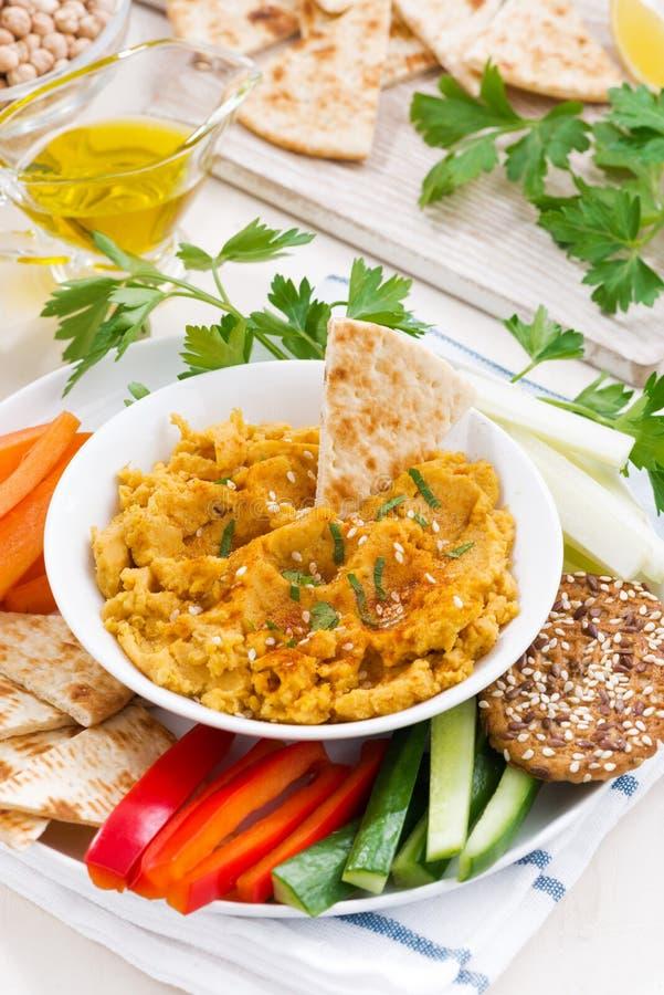 Arabisk såshummus med nya grönsaker och pitabröd arkivfoto