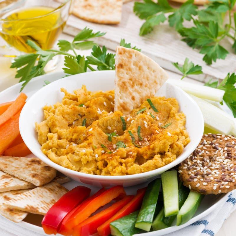 Arabisk såshummus med nya grönsaker och pitabröd royaltyfri foto