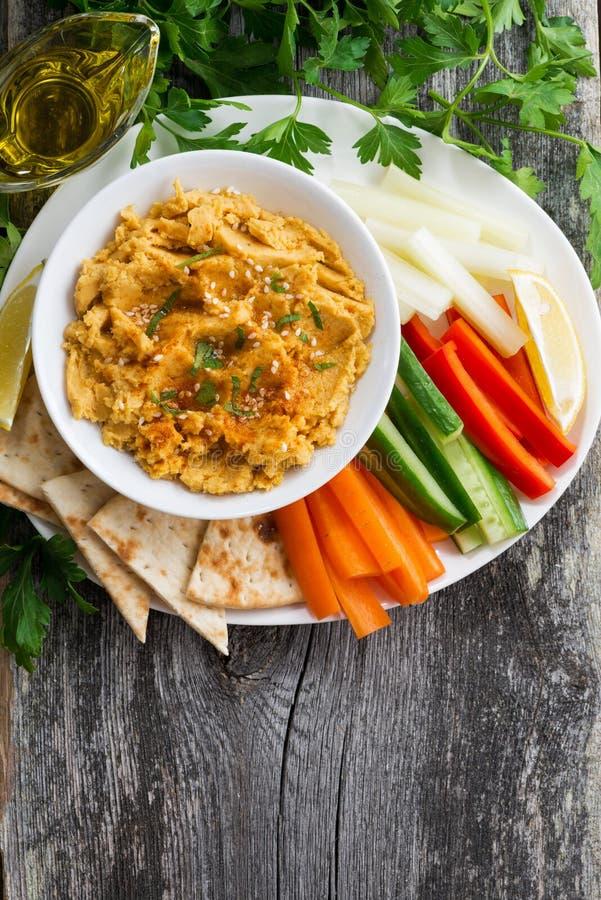 Arabisk såshummus med tunnbröd och nya grönsaker royaltyfria bilder