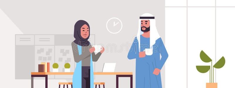 Arabiska businesspeople kopplar ihop att dricka för affärsmannen för cappuccino som den arabiska kvinnan diskuterar under begrepp stock illustrationer