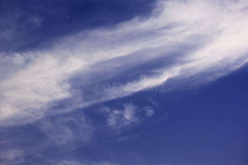ARABISKA EMIRATER FÖR DUBAI-UNITED PÅ 21 JULI 2017 En härlig natur välsignad blå himmel med vita moln, Dubai royaltyfri bild