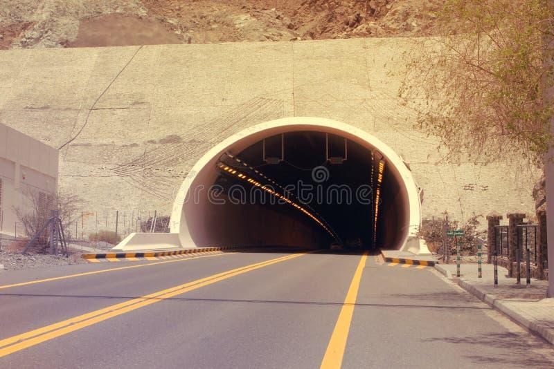 ARABISKA EMIRATER FÖR DUBAI-UNITED PÅ 21 JUNI 2017 En bergtunnel på den Kalba - Sharjah huvudvägen, UAE grunt djupfält arkivfoton