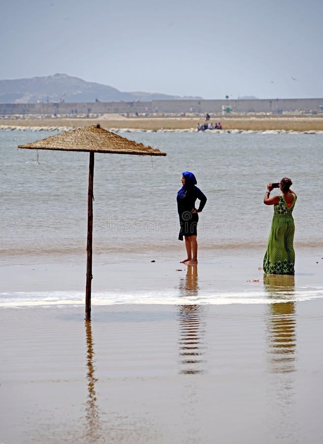 Arabiska flickor på stranden i Essaouira royaltyfri bild