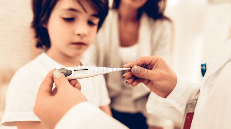 Arabiska kvinnliga pediatriska Appointment Sick Boy arkivfoto