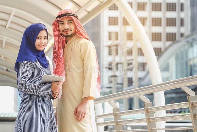 Arabiska män och kvinnor som bor i moderna städer arkivfoton