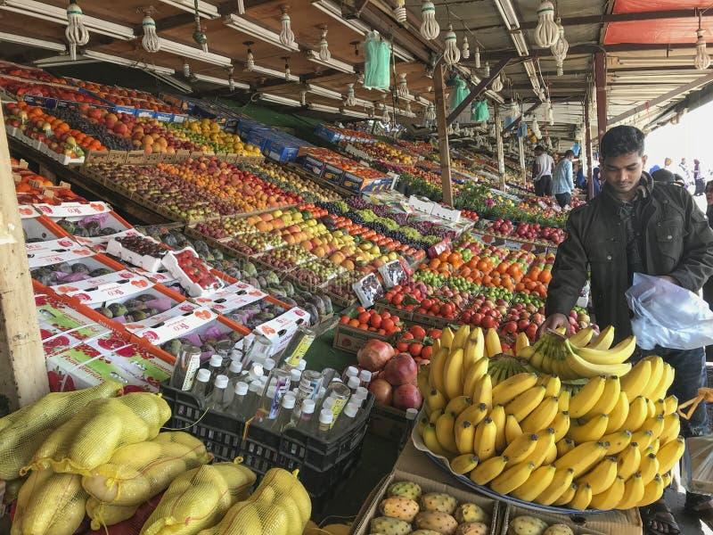 Arabiska män säljer nya frukter på en fruktmarknad i Taif, Makkah, Saudiarabien royaltyfri fotografi