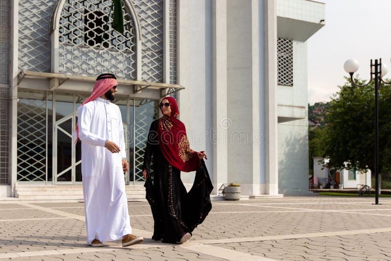 Arabiska par med traditionell kläder som utomhus daterar arkivfoto