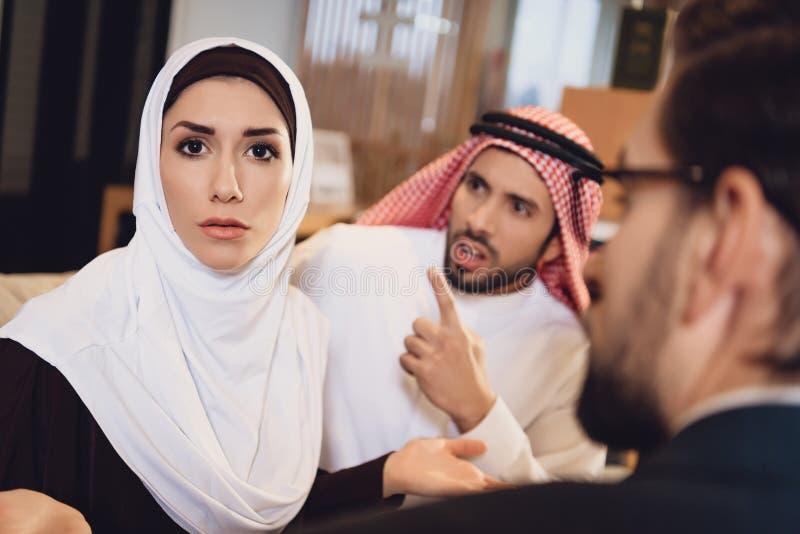 Arabiska par på mottagandet med argumentera för terapeut royaltyfri bild