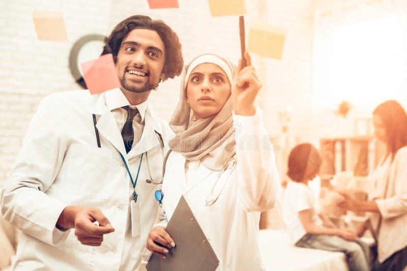 Arabiska Pediatriciansdoktorer för medicinsk konsultation arkivbild