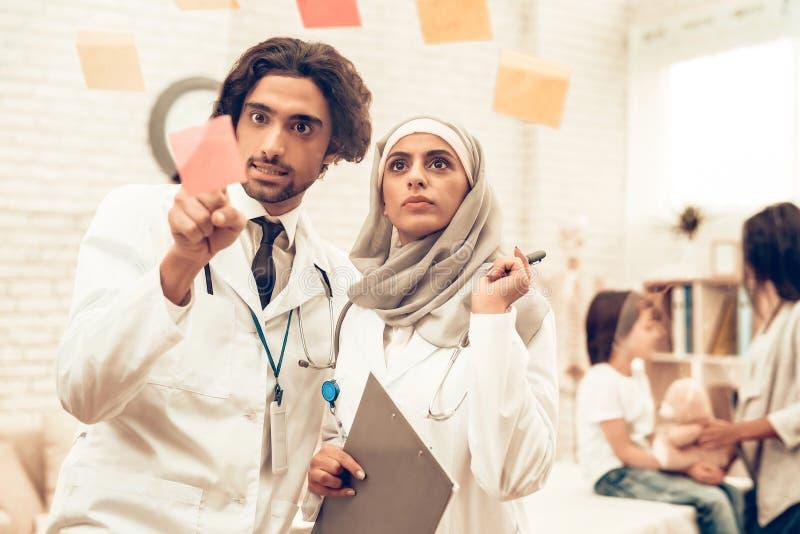 Arabiska Pediatriciansdoktorer för medicinsk konsultation royaltyfria foton