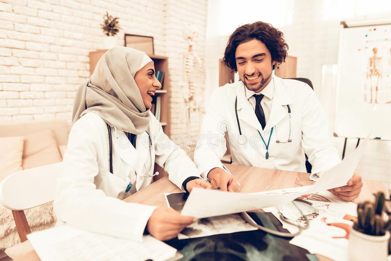 Arabiska Pediatriciansdoktorer för medicinsk konsultation arkivfoton