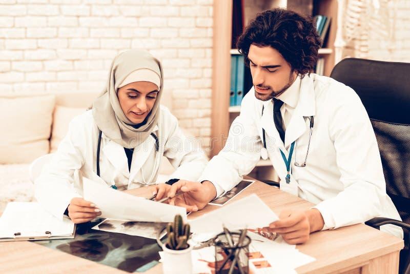 Arabiska Pediatriciansdoktorer för medicinsk konsultation royaltyfri fotografi