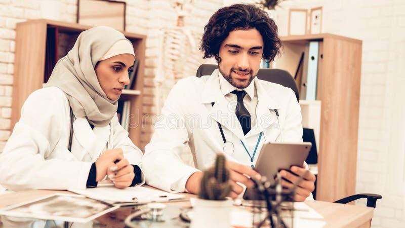 Arabiska Pediatriciansdoktorer för medicinsk konsultation royaltyfri bild