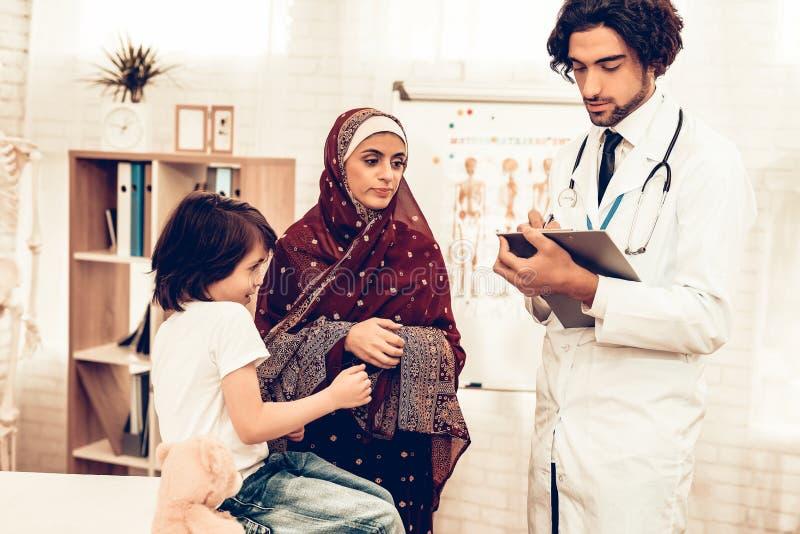 Arabiska pediatriska Appointment Mom med den sjuka sonen Säker muslimsk manlig doktor Sjukhusbegrepp sunt begrepp pediatriskt arkivfoton