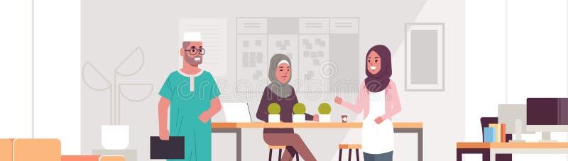 Arabscy biznesmeni dyskutuje nowego biznesowego projekt podczas spotkanie arabskich kolegów pracuje wpólnie brainstorming royalty ilustracja