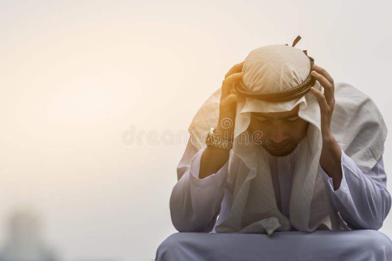 Arabscy mężczyzna są stresem i obsiadaniem w mieście obrazy royalty free