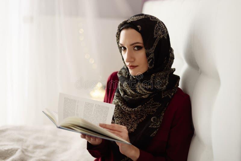 Arabska kobieta czyta książkę w hijab zdjęcie stock