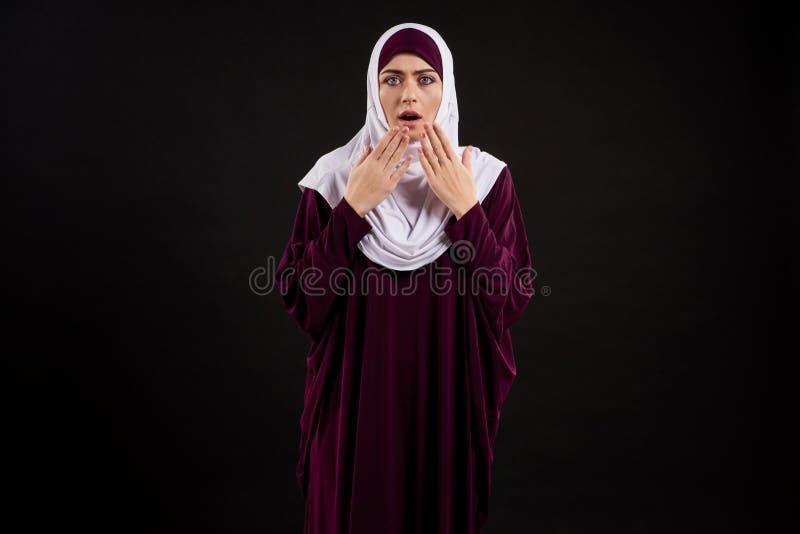 Arabska kobieta w hijab pokazuje zdziwienie obrazy stock
