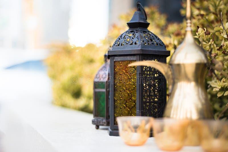 Arabska lampa i Dallah z filiżankami fotografia royalty free