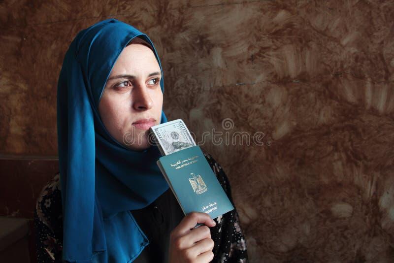 Arabska muzułmańska kobieta z Egypt paszportem z pieniądze obrazy royalty free
