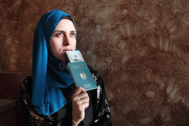 Arabska muzułmańska kobieta z Egypt paszportem z pieniądze zdjęcie royalty free