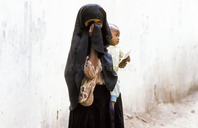 Arabska nieznane matka niesie jej dziecka w wraparound szacie zdjęcie stock