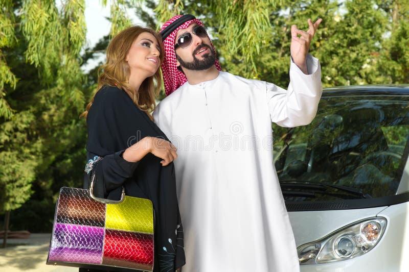 Arabska para outdoors ma zabawa czas obraz stock