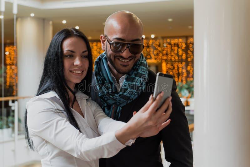 Arabski biznesmen i dziewczyna robi selfie obraz stock