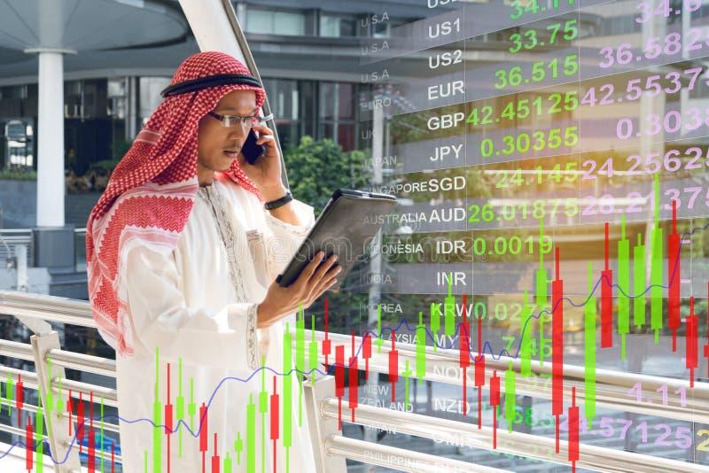 Arabski biznesmena czeka wykres na smartphone fotografia stock