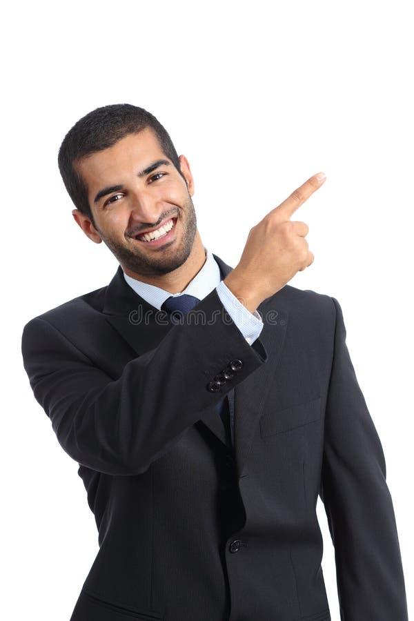 Arabski biznesowego mężczyzna podawca przedstawia i wskazuje przy stroną obraz royalty free